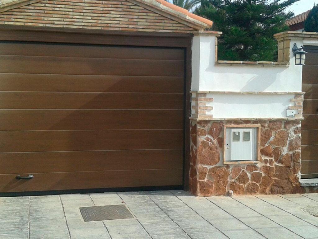 entrada-garaje-chalet-en-madera